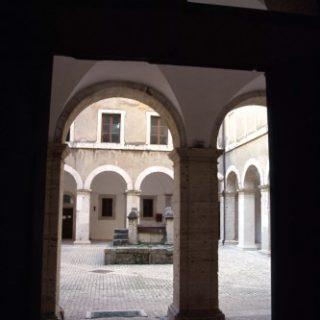 Cisterna-Palazzo-Caetani_chiostro-333x500